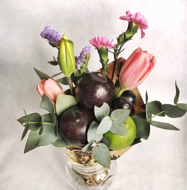 913cf6ac576d1eb890d23fb8b2qo-tsvety-i-floristika-buket-iz-zhivyh-tsvetov-i-fruktov